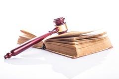 Buch und Hammer Lizenzfreies Stockfoto