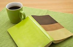 Buch und Kaffee Stockfotografie