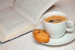 Buch und Kaffee mit Plätzchen Stockbild