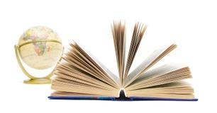 Buch und Kugel getrennt auf weißem Hintergrund Lizenzfreie Stockfotos