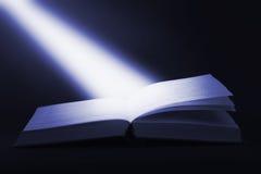 Buch und Lichtstrahl Stockfotografie