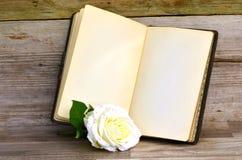 Buch und Rose lizenzfreies stockfoto