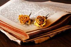 Buch und Rosen Stockfoto