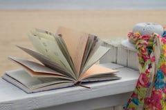 Buch und Schal Lizenzfreies Stockbild
