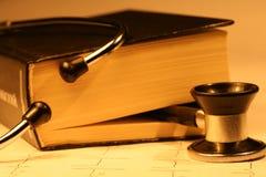 Buch und Stethoskop Stockbild