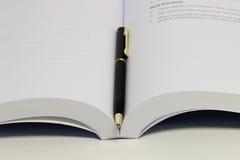 Buch und Stiftnahaufnahme Stockfoto