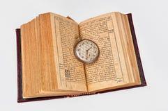 Buch- und Taschenuhr Lizenzfreie Stockbilder