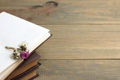 Buch und Trockenblumen Stockbild