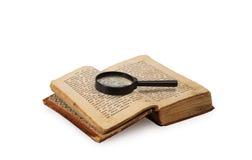 Buch und Vergrößerungsglas Stockfoto