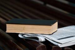 Buch und Zeitung stockbilder