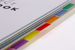 Buch versieht Teiler mit Laschen Stockbild