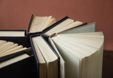 Buch Viele Bücher Stapel bunte Bücher Scheren und Bleistifte auf dem Hintergrund des Kraftpapiers Zurück zu Schule Buch, bunte Bü Stockfotos