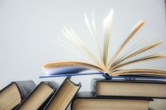 Buch Viele Bücher Stapel bunte Bücher Scheren und Bleistifte auf dem Hintergrund des Kraftpapiers Zurück zu Schule Buch, bunte Bü Stockbilder