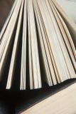 Buch Viele Bücher Stapel bunte Bücher Scheren und Bleistifte auf dem Hintergrund des Kraftpapiers Zurück zu Schule Buch, bunte Bü Stockfotografie