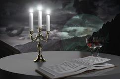 Buch, Wein und Kerzen lizenzfreie stockfotos