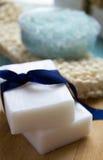 Bucha orgânica de sal orgânico natural do mar do sabão em um azul de madeira Imagens de Stock Royalty Free