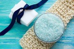 Bucha orgânica de sal orgânico natural do mar do sabão em uma tabela de madeira azul Fotografia de Stock Royalty Free