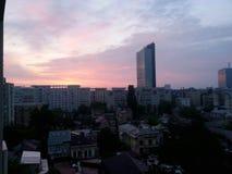Bucharest-Architektur unter drastischem Himmel Stockfotografie