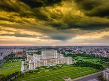 Bucharest arkitektur under den dramatiska skyen royaltyfri foto