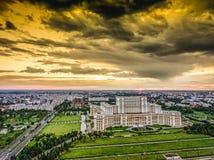 Bucharest arkitektur under den dramatiska skyen arkivfoto