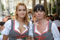 Bucharest damer fotografering för bildbyråer