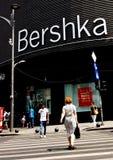 Bucharest gatafotografi - den Unirii fyrkanten - Bershka shoppar Royaltyfri Bild