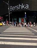 Bucharest gatafotografi - den Unirii fyrkanten - Bershka shoppar Arkivfoto