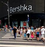 Bucharest gatafotografi - den Unirii fyrkanten - Bershka shoppar Royaltyfri Foto