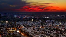 Bucharest horisont efter solnedgång med flyg- sikt arkivfoton
