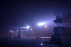 Bucharest im Nebel nachts Lizenzfreie Stockfotos