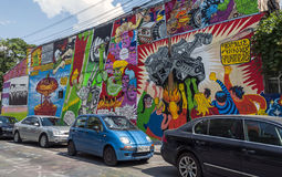 BUCHAREST - JUNI 21: Grafitti av okända konstnärer på Arthur Veron arkivfoton