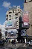 BUCHAREST - MARS 17: Allmän sikt av byggnader och auto trafik på den Magheru boulevarden i det Bucharest fotoet som tas på mars 1 Arkivbilder