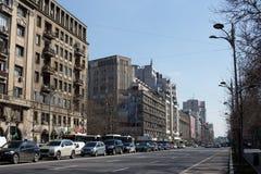 BUCHAREST - MARS 17: Allmän sikt av byggnader och auto trafik på den Magheru boulevarden i det Bucharest fotoet som tas på mars 1 Royaltyfri Fotografi
