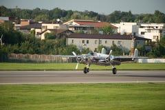 Bucharest pokazu lotniczego międzynarodowa tendencyjność, PÓŁNOCNOAMERYKAŃSKIEGO B-25J ` MITCHELL ` latający byki zespala się fotografia royalty free