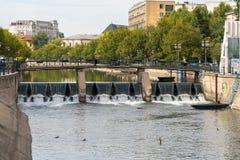 BUCHAREST/ROMANIA - 21 DE SEPTIEMBRE: Puente sobre el Dambovita Riv imagen de archivo libre de regalías