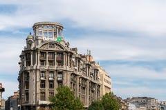 BUCHAREST/ROMANIA - SEPTEMBER 21: Sikt av gamla lägenheter i Buc royaltyfri fotografi