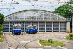 BUCHAREST RUMÄNIEN - AUGUSTI 30, 2015: Drev som posteras på underhållsområde i den Dudesti bussgaraget arkivfoton