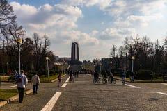 Bucharest Rumänien - 2019 Folk på ingången av Carol Park i Bucharest, Rumänien arkivfoto
