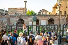 Bucharest Rumänien - 28 04 2018: Grupp av turister bredvid a-byst av Vlad Tepes, Vlad Impaleren, inspirationen för Royaltyfri Bild