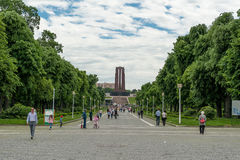 BUCHAREST RUMÄNIEN - MAJ 14, 2017: Carol Park i Bucharest, Rumänien Mausoleum i bakgrund arkivfoto
