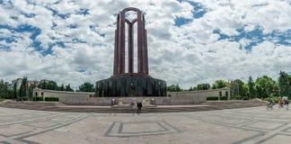 BUCHAREST RUMÄNIEN - MAJ 14, 2017: Carol Park i Bucharest, Rumänien Mausoleum i bakgrund fotografering för bildbyråer