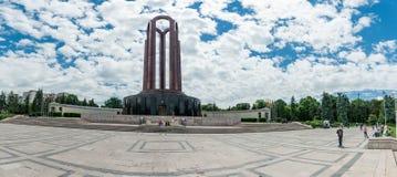 BUCHAREST RUMÄNIEN - MAJ 14, 2017: Carol Park i Bucharest, Rumänien Mausoleum i bakgrund går släkt- archaeological kallad colorad Royaltyfri Fotografi