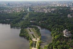 Bucharest Rumänien, Maj 15, 2016: Den flyg- sikten av Herastrau parkerar royaltyfri fotografi