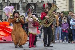 Bucharest Rumänien - Maj 30, 2014: Fransk show för liten cirkus av aktörerna, inom av internationell festival av gatateatern, Arkivbilder