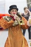 Bucharest Rumänien - Maj 30, 2014: Fransk show för liten cirkus av aktörerna, inom av internationell festival av gatateatern, Arkivbild