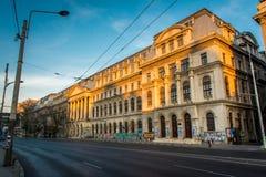 Bucharest Rumänien, November 2018: Det Bucharest universitetet täckas i grafitti royaltyfria bilder