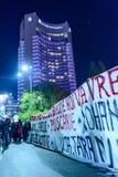 Bucharest Rumänien - November 04, 2015: Några 30.000 personer samlar i gatorna av huvudstaden Bucharest på aftonen Royaltyfri Foto