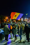 Bucharest Rumänien - November 04, 2015: Några 30.000 personer samlar i gatorna av huvudstaden Bucharest på aftonen Arkivbild
