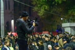 Bucharest Rumänien - November 04, 2015: Några 30.000 personer samlar i gatorna av huvudstaden Bucharest på aftonen Arkivbilder
