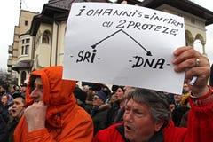 Bucharest Rumänien - protest mot presidenten Klaus Iohannis Fotografering för Bildbyråer